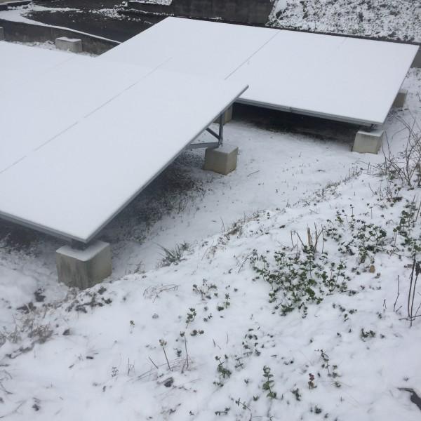 パネルが雪で覆われて