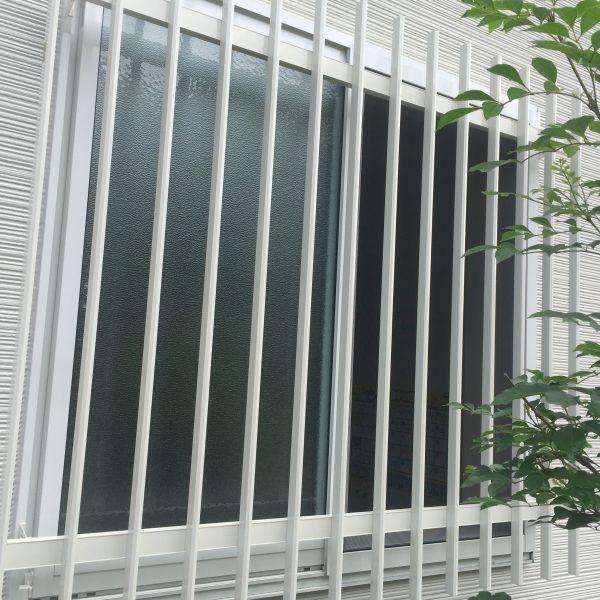 壁に穴を開けないリクシル枠付け用アルミ縦面格子の取り付け方法